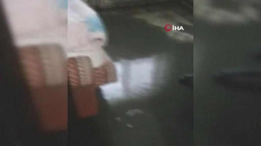 Şiddetli yağış sonrası kanalizasyon suları evini bastı