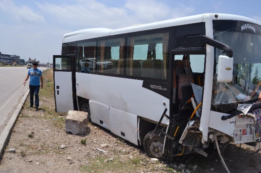 Lastiği patlayan otobüs refüje girdi! 10 yaralı