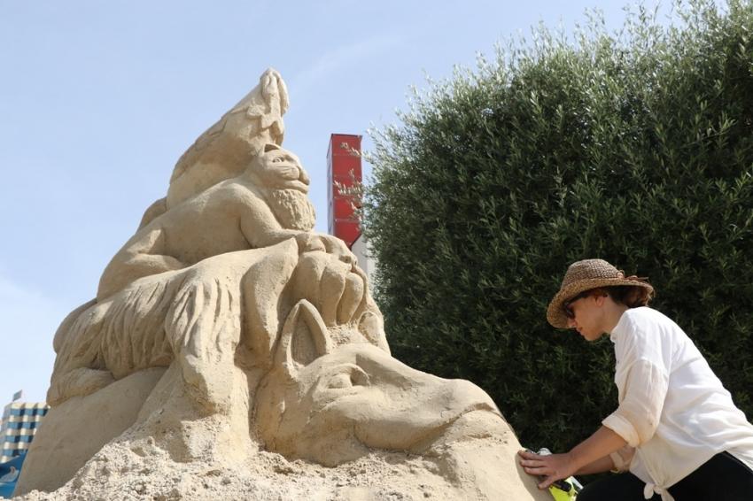 Sadece kum ve sudan dev heykeller