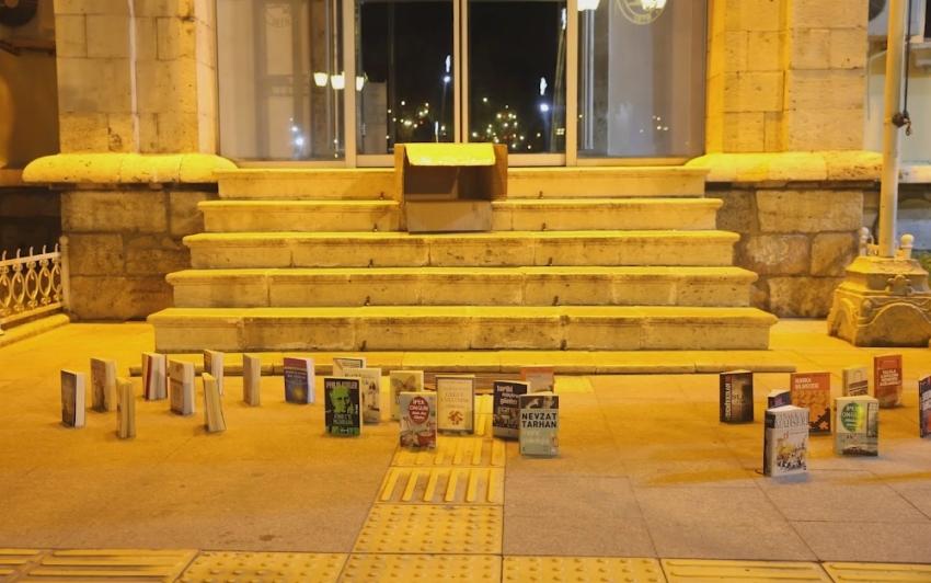 Kitapları sokaklarda yürüttüler