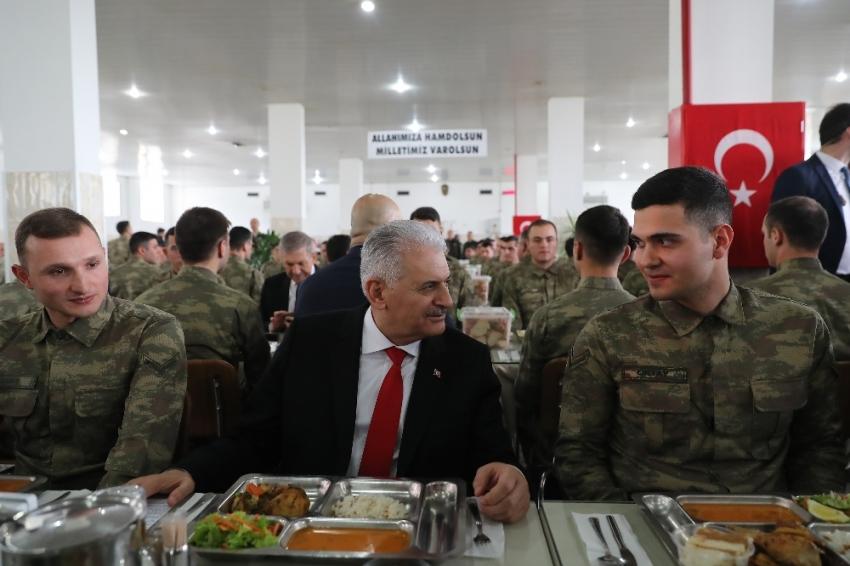 Başbakan Yıldırım askerlerle bir araya geldi