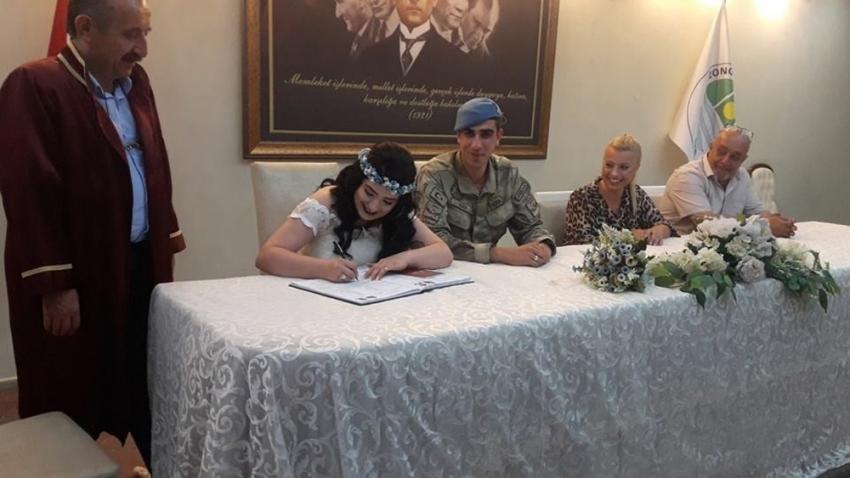'En güzel damatlık' dedi, askeri üniformayla evlendi