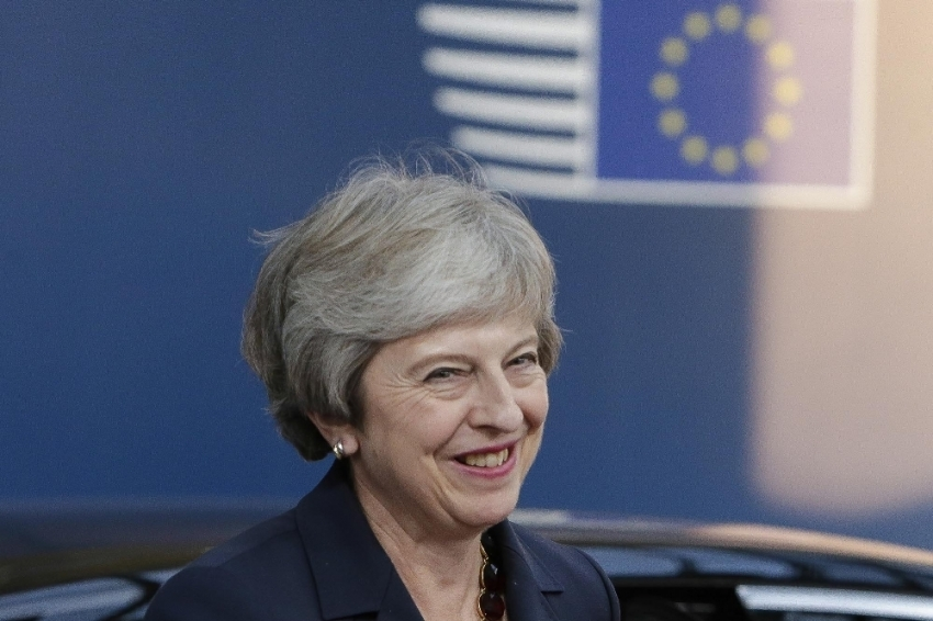 Theresa May'e güven oylaması isteği