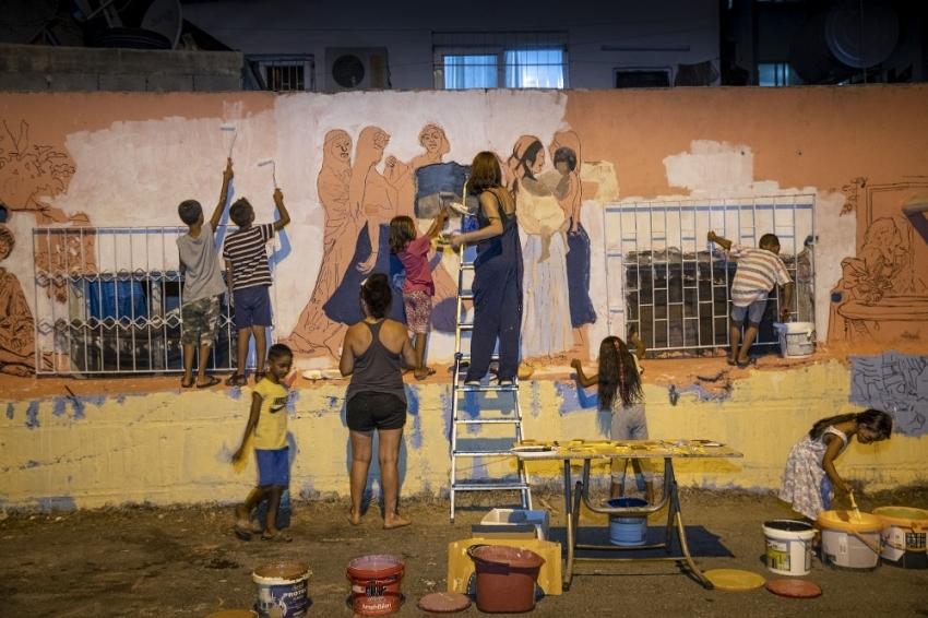 Romanların yıkık dökük duvarları sanatla hayat buluyor