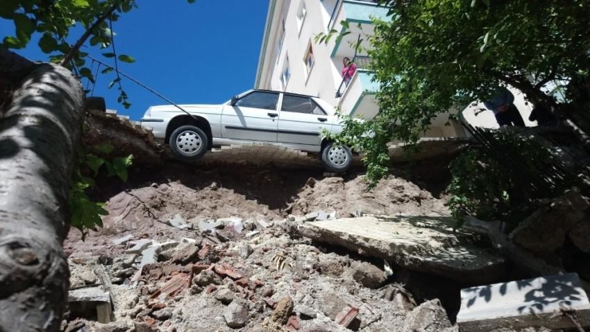 Başkent'te istinat duvarı çöktü, otomobil asılı kaldı
