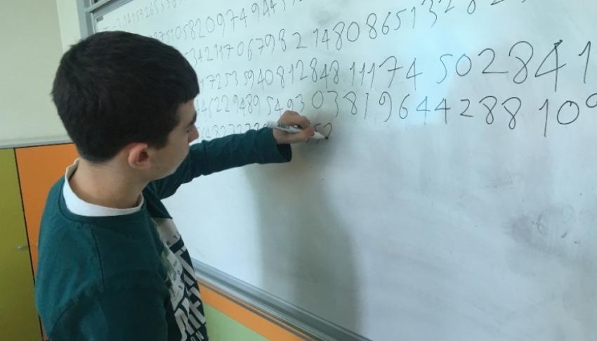 Pi sayısının 3 bin 141 basamağını ezberledi