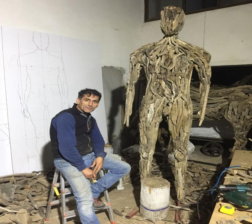 Doğada görevini tamamlayan ağaçlarla sanat yapıyor