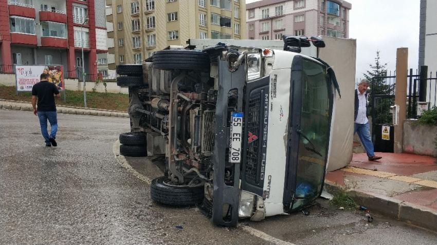 Samsun'da ev eşyası taşıyan kamyon devrildi: 4 yaralı
