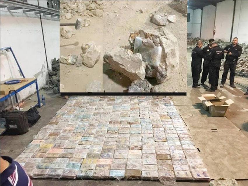 Kayaların içinden yüzlerce kilo kokain çıktı
