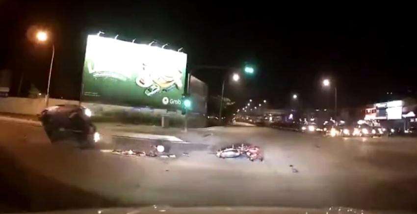Motosikletin çarptığı otomobil takla attı