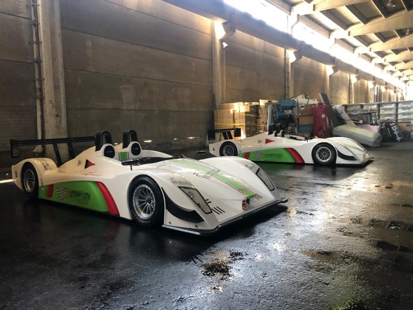 Gümrükte kalan 2 yarış otomobili meraklılarını bekliyor