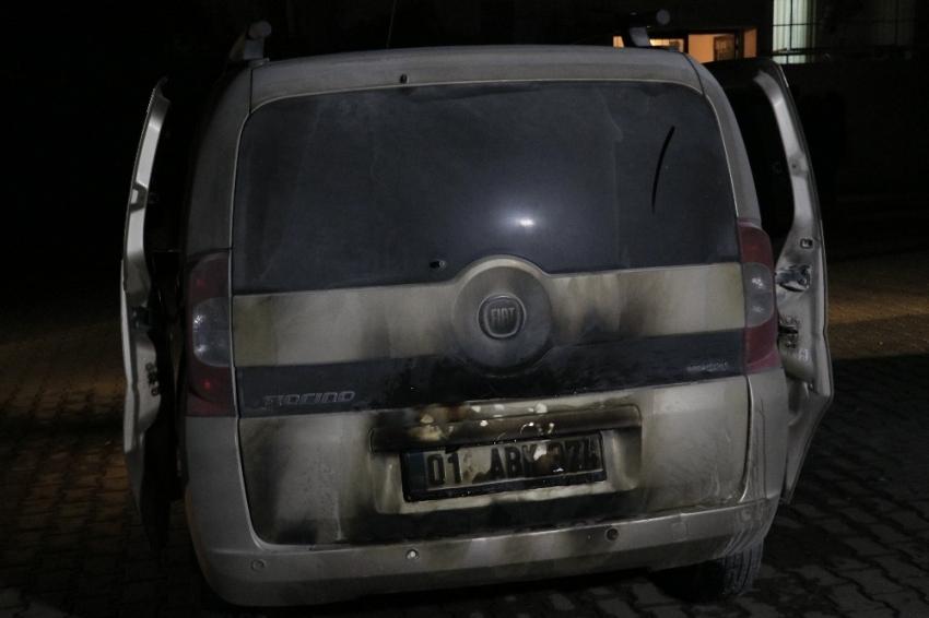 Adana'da park halindeki araç benzin dökülerek kundaklandı