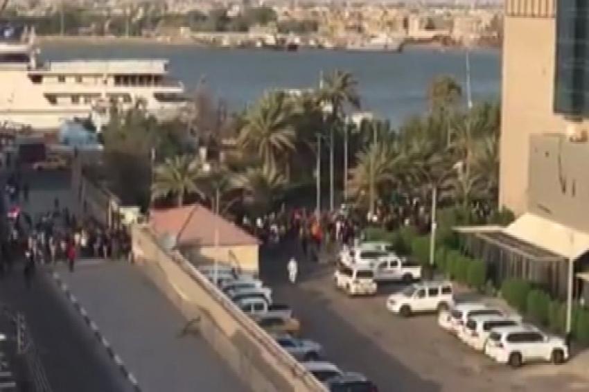 Protestocular Başbakan el-İbadi'nin otelini bastı