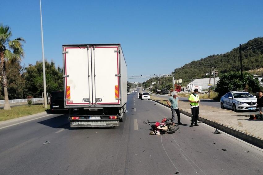 Motosikletle kamyon çarpıştı: 1 ağır yaralı