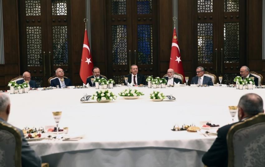 Erdoğan iftar yemeğinde ilim adamlarını ağırladı