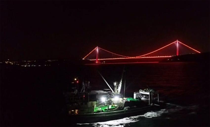 Balıkçı tekneleri Boğaz'da