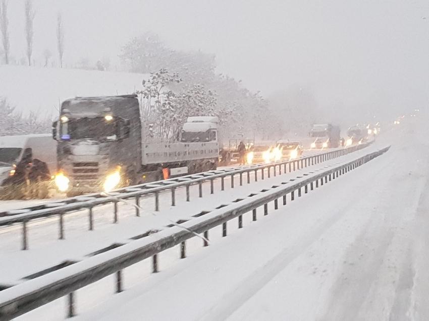 Kar geçit vermedi: Karadeniz'i İstanbul'a bağlayan yol kapandı