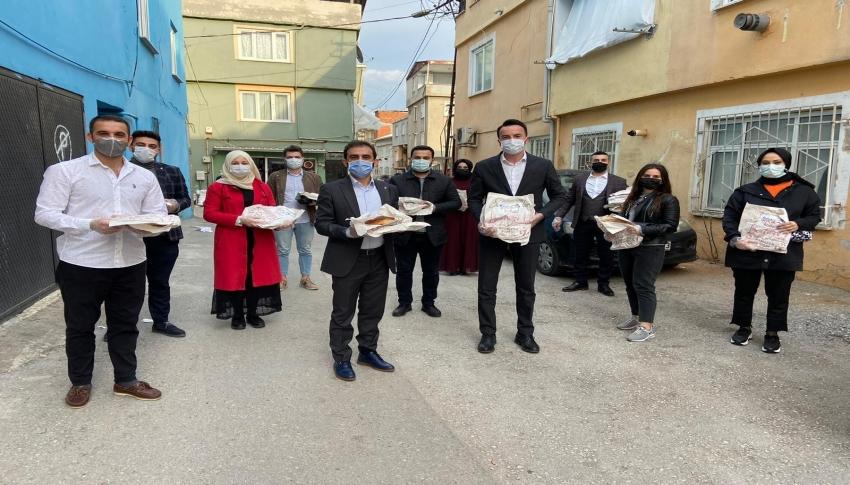 Bursa'da AK Parti Gençlik Kolları, kapı kapı ramazan pidesi dağıtıyor