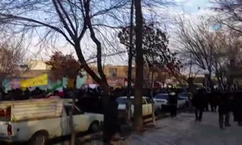 İranlılar hükümet karşıtı protestoları kınadı
