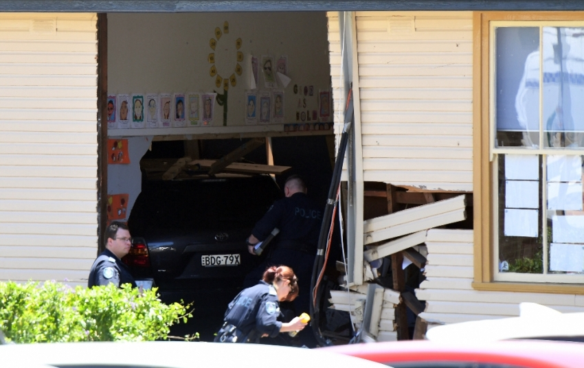 Otomobil sınıfa girdi: 2 ölü, 21 yaralı