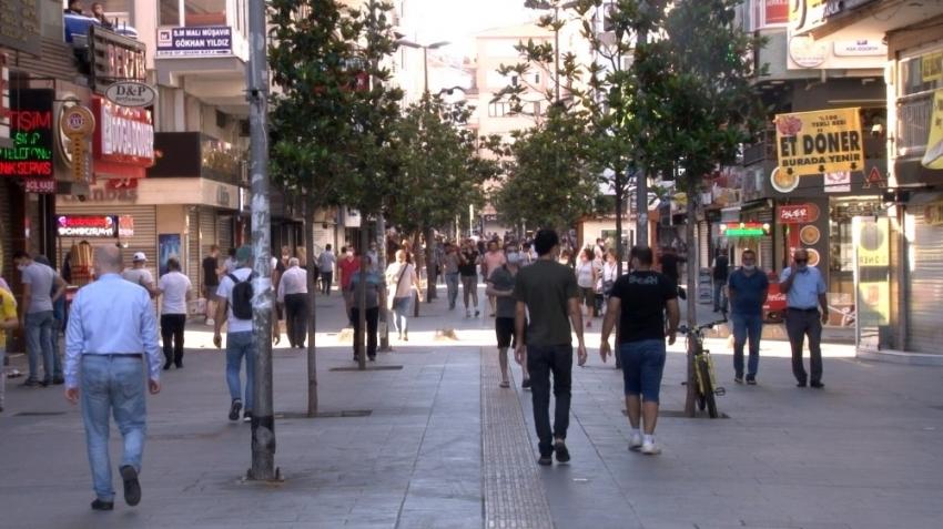 Sokağa çıkma kısıtlaması sona erdi, vatandaşlar meydanlarda yoğunluk oluşturdu
