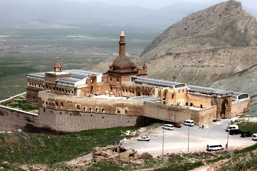 İshak Paşa Sarayı'na turist akını