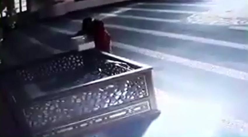Camideki sadaka kutusunu kırıp paraları çaldı