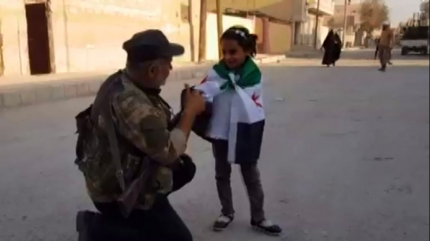 SMO askerleri Tel Abyad'da sevinçlerini halk ve çocuklarla paylaştı