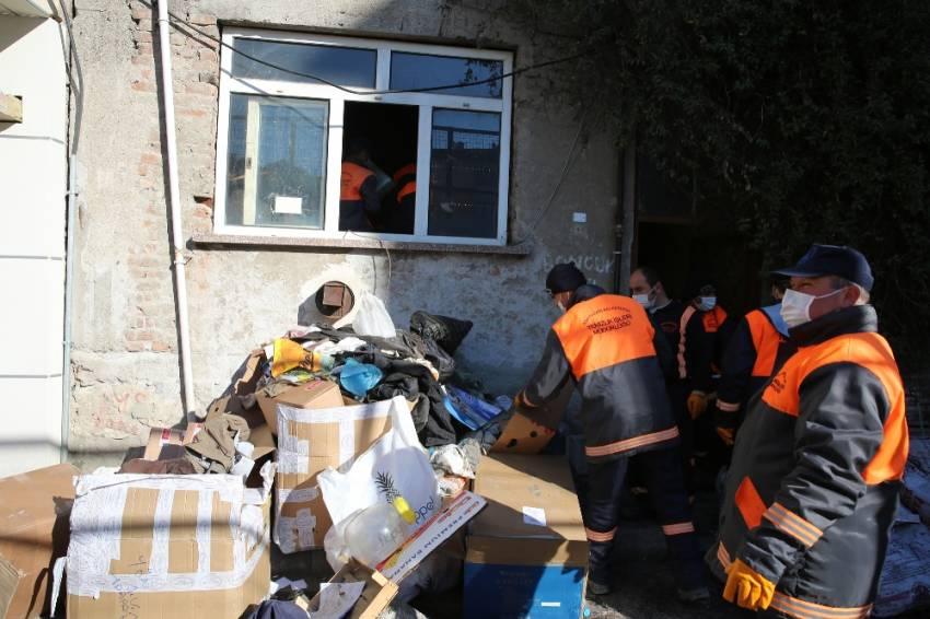Evden 5 kamyon çöp, 3 ölü kedi çıktı