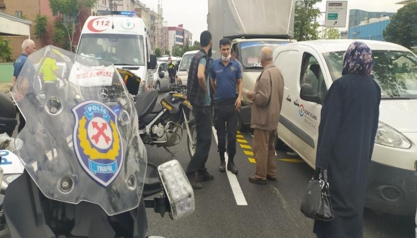 Bursa'da kadın yola atladı, 5 araç birbirine girdi