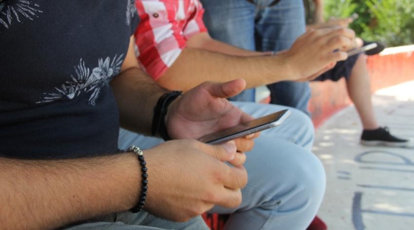 3 çocuktan 2'si akıllı telefon kullanıyor