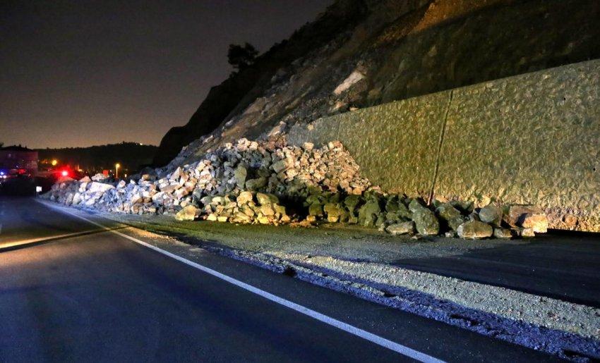 Bursa'da istinat duvarı yola devrildi