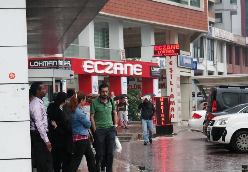 Aniden bastıran yağmur Bursa'yı esir aldı