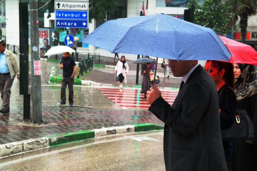 Bursa'da şiddetli yağış yol kapattı