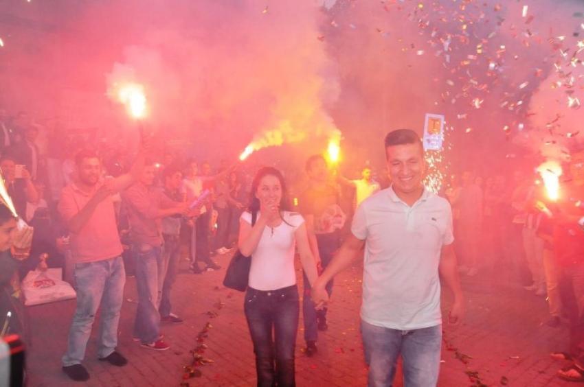 Bursa'da yüzlerce kişinin önünde evlenme teklifi!