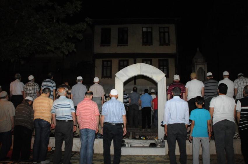 Bursa'da açık havada teravih namazı
