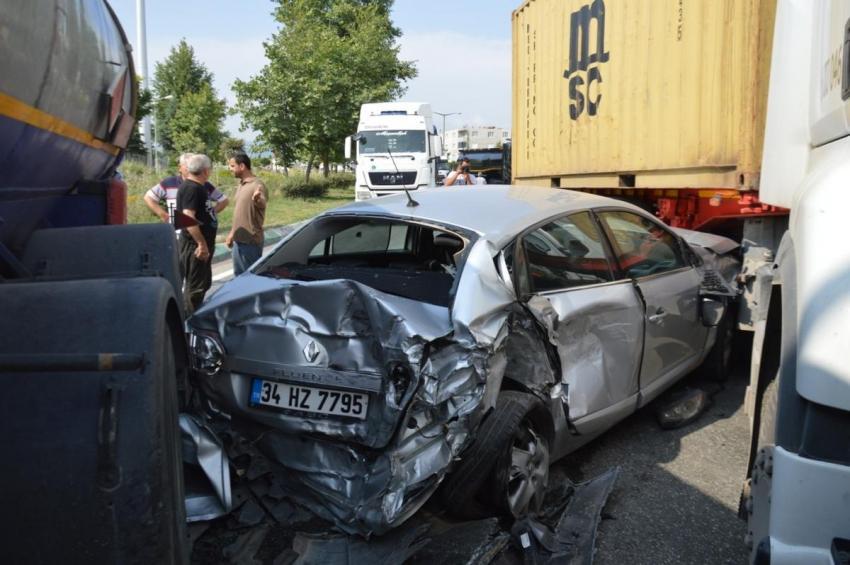 Bursa'da 2 TIR arasında sıkışan otomobilden...