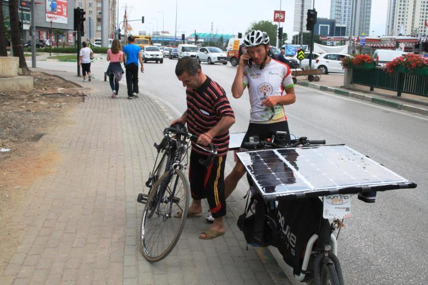 Güneş enerjili bisikletiyle ülke ülke geziyor