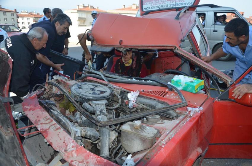 Bursa'da kazada araçta sıkıştılar