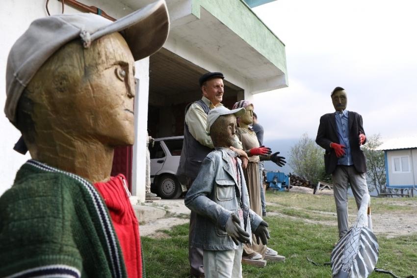 Cezaevinde öğrendiği oymacılıkla ağaçtan heykeller yapıyor