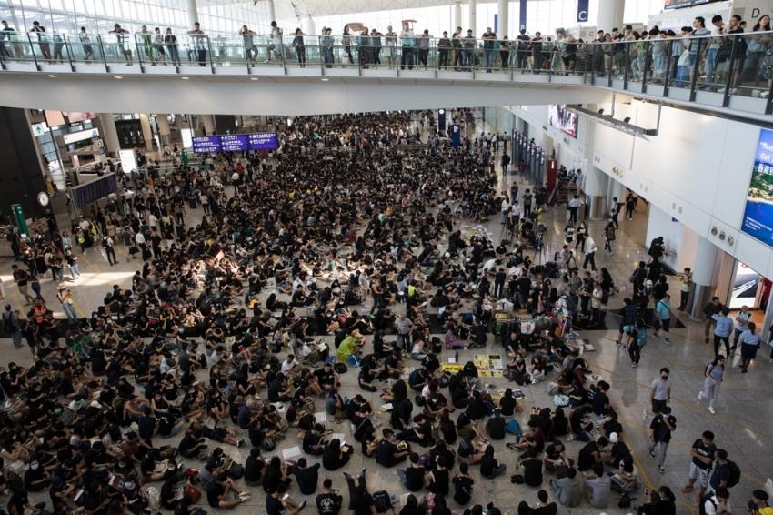 Hong Kong havalimanı, gösteriler nedeniyle kapatıldı