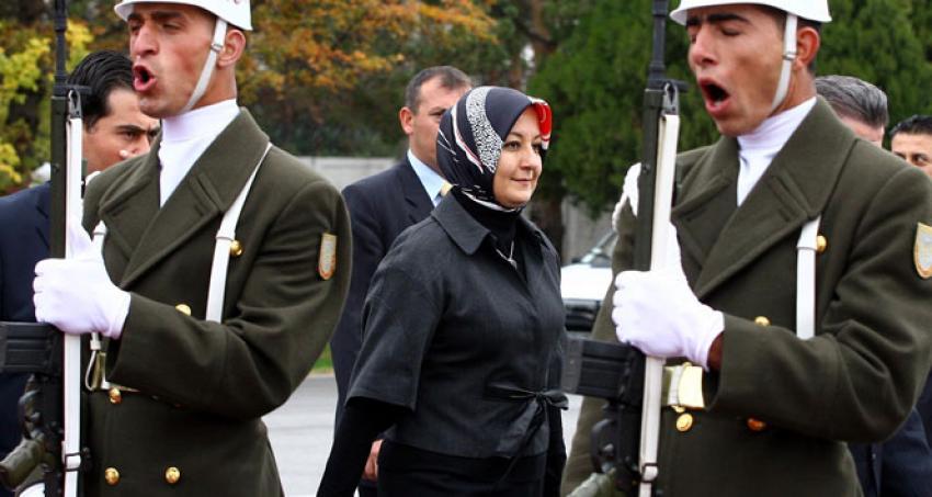 Abdullah Gül'ü kızdıran teklif: Eşiniz başını açsın heykelini dikeriz