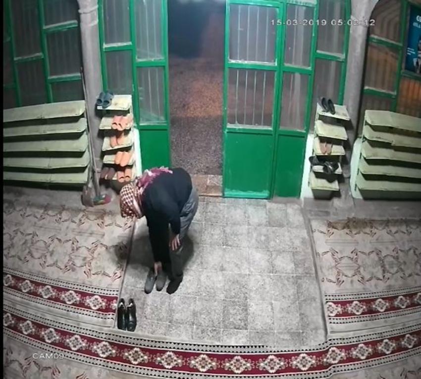 Önce denedi sonra çaldı: Ayakkabı hırsızı kamerada