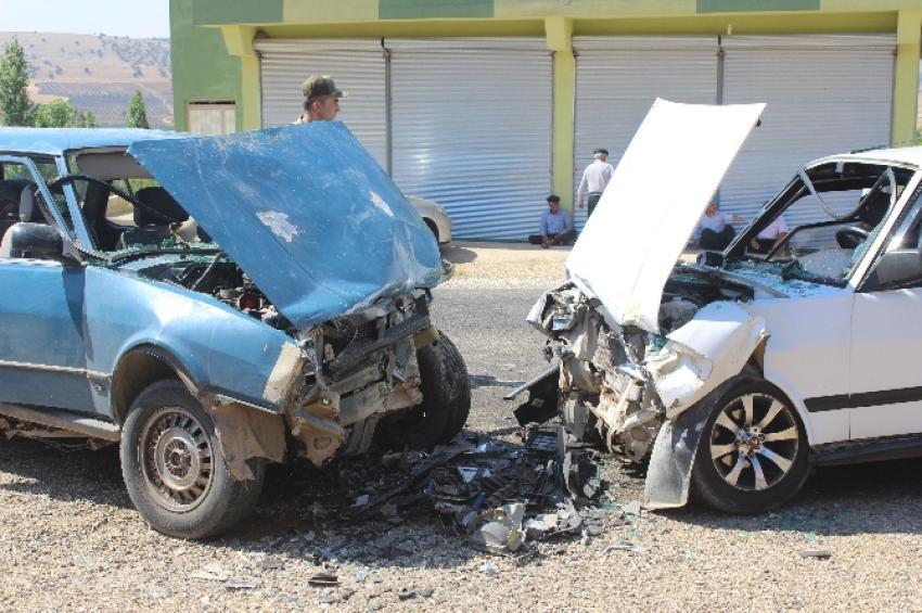 İki otomobil kafa kafaya çarpıştı!