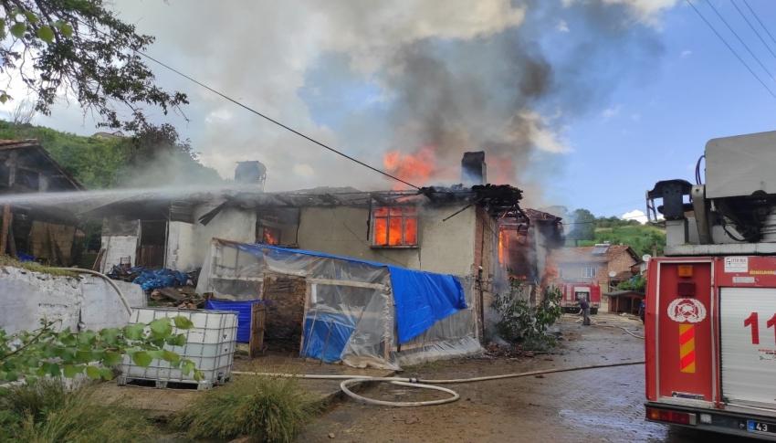 Yangın: 2 ev ve 1 samanlık kül oldu