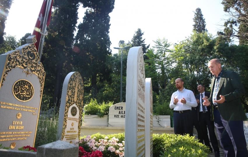 15 Temmuz şehidi Erol Olçok'un mezarını ziyaret etti