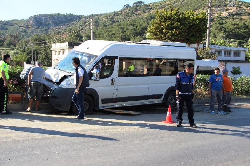 Öğrenci servisi direğe çarptı: 7 yaralı