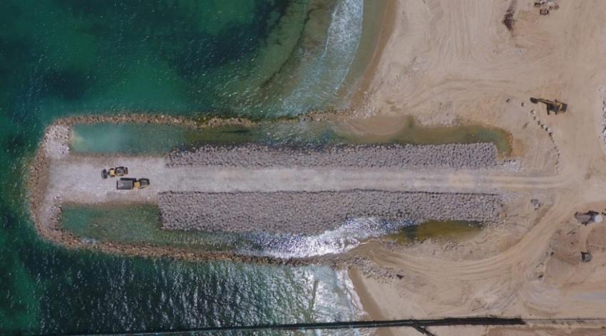Gazze sınırında deniz duvarının inşası sürüyor