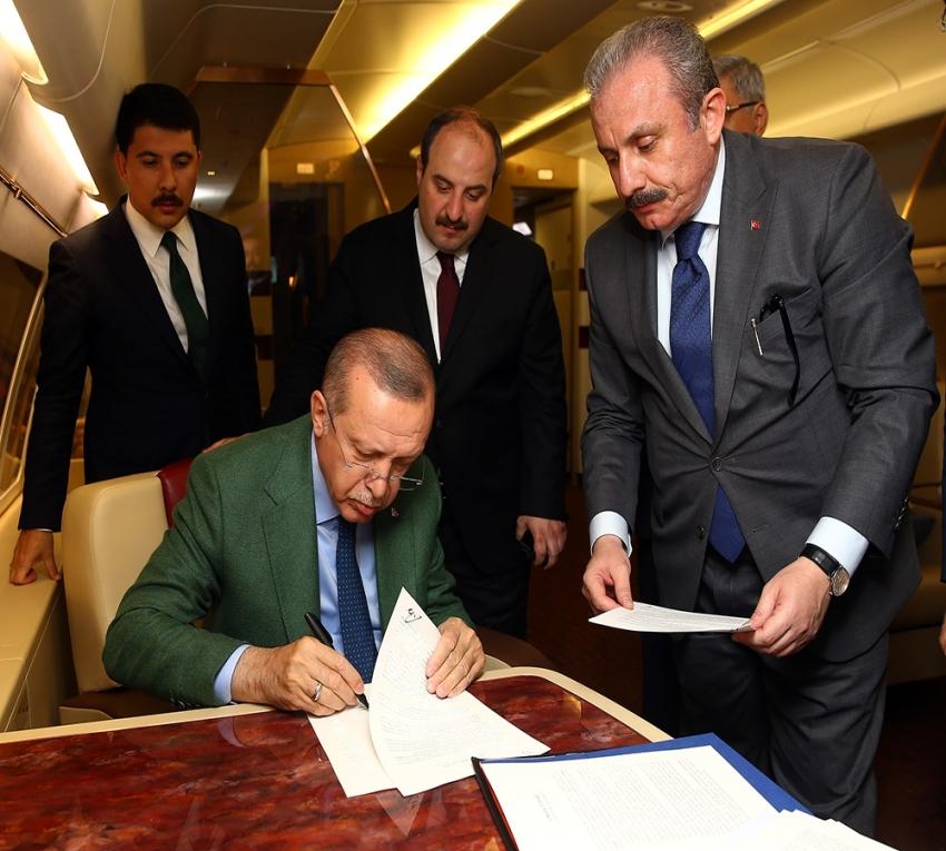 Cumhur İttifakı protokolünü uçakta imzaladı