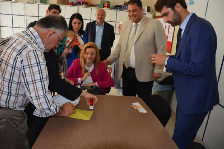 AK Parti'nin engelli milletvekili adayı oyunu kullandı